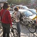 10女孩們正在試腳踏車.jpg