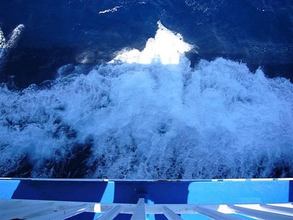船邊激起的浪花