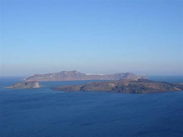 P1020270前面的小島是座休火山耶.JPG