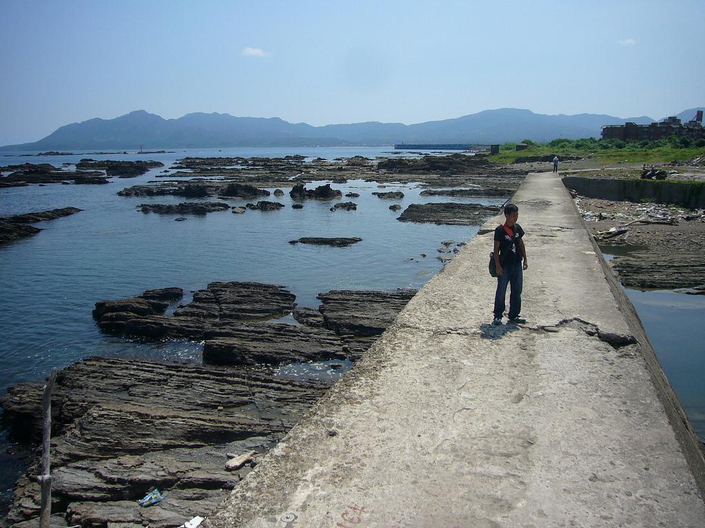 塩坂等人去年來台,發現澳底漁港附近有一道斷層,而堤防上的裂痕,就是斷層活動的證明。圖片來員:塩坂邦雄