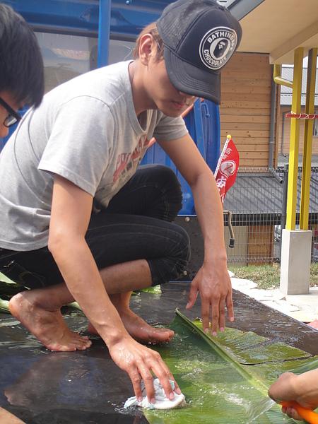 擔任志工的原住民學生忙著整理教材