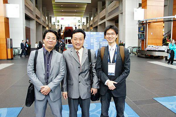 本所出訪INTA 2012年會成員於會議中心大廳合照(左起:林志信專利師、陳宜誠律師、李汝民律師)