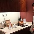 房間內小吧台有電磁爐櫃子裡還有微波爐  (真誇張)