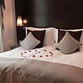 床上有玫瑰超浪漫的