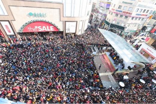 偶像組合EXO粉絲簽名會吸引2萬餘人