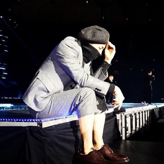 坐在舞台邊帥氣的 GD