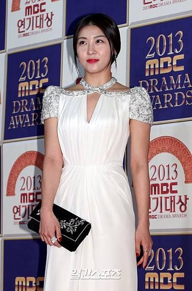 """河智苑獲得""""2013 MBC演技大奬""""的大奬"""