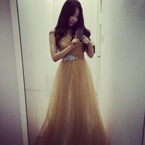 太妍美麗的禮服自拍