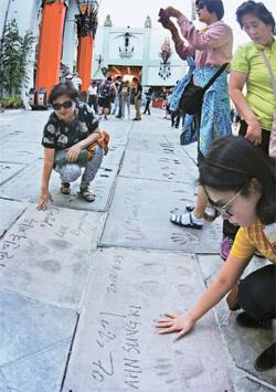 好萊塢劇場門口設置演員李炳憲與安聖基的手印