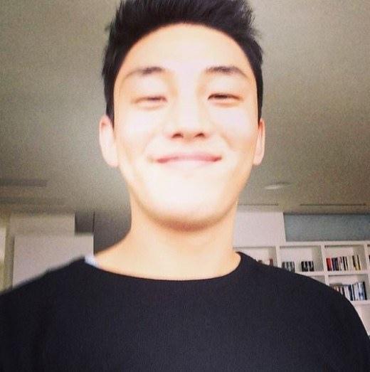 劉亞仁開朗微笑自拍