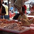 很多豬肉攤都會擺出一顆豬頭