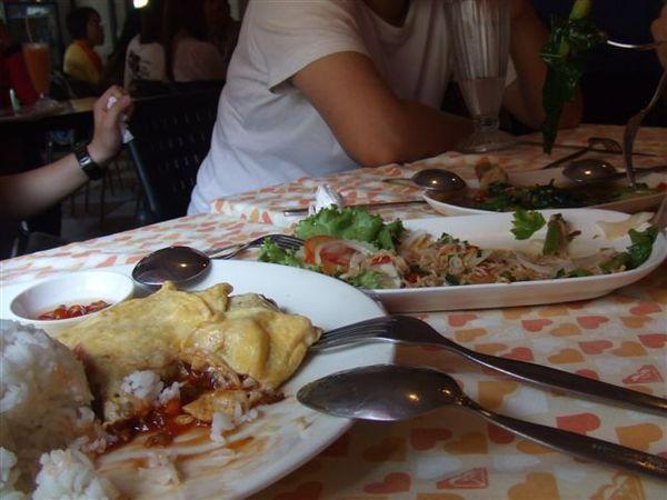 左邊是蛋包飯,右邊是很辣的泰式炒泡麵