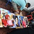 大皇宮附近販賣皇室照片海報的小販