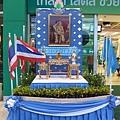 超市門口,皇后生日的裝飾