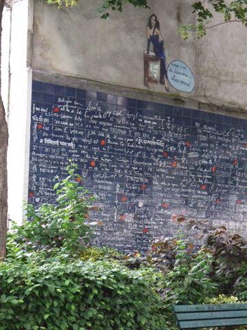 附近有一面寫滿各種我愛你的牆,有中文呦