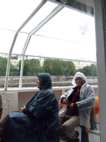 馬丁泥搭船,果然又遇到下雨