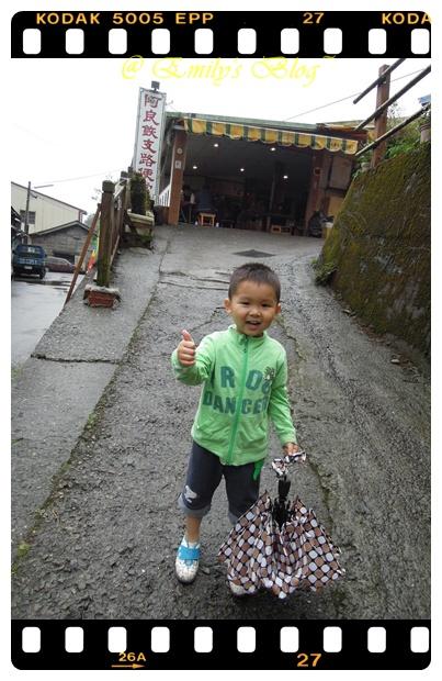 4。吃完飯才想說,終於雨停了,可以去步道走走,才剛想完,就又開始飄雨~~ ( 老天爺,你在開玩笑嗎.....)